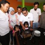 Potong kue, sebagai rasa syukur dan perayaan ultah ke 7 B!Blogger